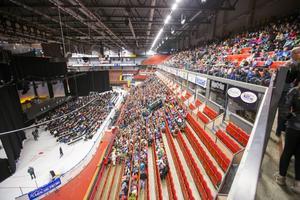 3 000 elever från årskurs fyra och fem kom kvickt på plats i Läkerol Arena.
