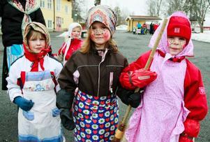 """Tre påskkärringar som besökte skolan var Theo Persson, 4 år, Nora Ellerås Henriksson, 5 år, och Martina Blomström, 5 år som går på Hovgläntans förskola. """"Vi leker att vi ska åka till Blåkulla"""", sade Martina som hade en kvast med sig."""