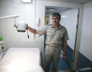 Dimitar Dyulgarov  kommer från Bulgarien och är läkare ombord på Ocean Gala. Här visar han upp rummet där enklare operationer kan utföras.