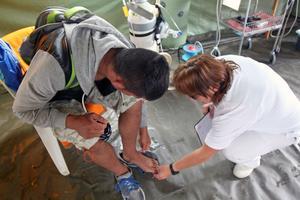 Innan tävlingen fick han häjlp med attt sätta fast en lös tånagel i sjukvårdstältet.