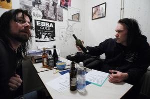 I en liten loge så förbereder David Johannesson (gitarr) och Mats Johansson (bas) kvällens låtlista.