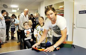 Nicklas Bäckström signerade tröjor, fotbollar och innebandybollar under besöket på lekterapin. Det gick också bra att få namnteckningen på ett papper eller armen.