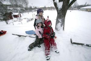 Elin, Stina och Maja, 7, går i samma klass. De har slutat för dagen på Håstaskolan och är ute och leker i snön.