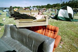 Dagen efter på campingen - Andreas Olsson från Aspås väntar på hemfärd. Yran 1999.