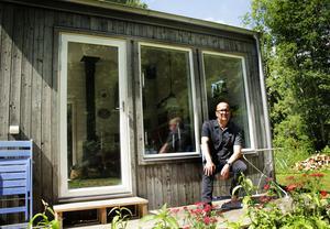 Anders köpte arrendet 2011. Stugan som stod här då var svårt fuktskadad. Anders rev den och lät bygga de två arkitektritade fritidshus som står där i dag.