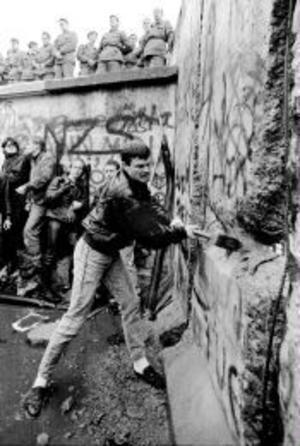 Berlinmuren delar Tyskland 16 år efter dess fall.