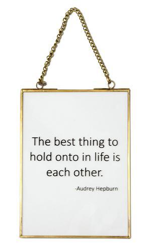 SKYLTA. Tavlan med guldfärgad ram och ett citat från Audrey Hepburn kommer från Mio och kostar 99 kronor.