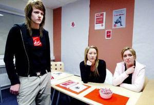 Upp till kamp. Sandra Landell, Johanna Wiberg och Karin Bostrand har fått jobba hårt eftersom det socialdemokratiska partiet hade en färre valarbetare än de andra.