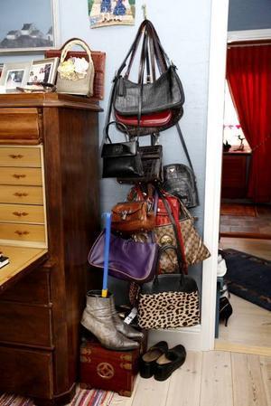 Margaretha samlar på väskor och skor.