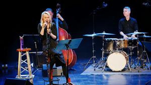 Louise Hoffsten och hennes band.