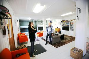 Inger Dahl och Anders  Ågren i vandrarhemmet som mer ser ut som en jättelik lägenhet med öppen planlösning.
