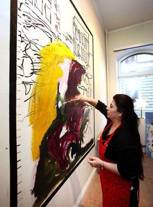 Över den svartvita teckningen växer färgerna fram när Wejdan Derky målar sina bilder för freden.