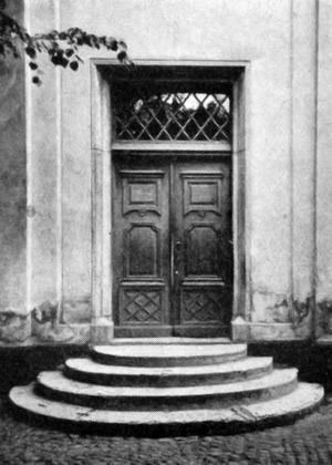 Gumaeliusskolans port. Skolan byggdes 1862 av material från det rivna rådhuset bland annat tog man till vara rådhusets trappa och portal. Ur Svenska stadsmonografier. Örebro, 1945.