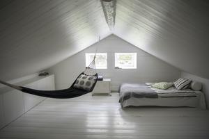 På övervåningen har den tidigare kallvinden  isolerats och byggts om till Lucas rum. Loftet är vitmålat från golv till tak.
