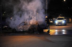 Polisen säkrade brandplatserna innan räddningstjänsten körde fram.