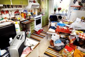 Mitt i kaoset ska hyresgästerna försöka få plats med sina saker, och med sig själva.