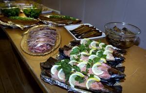SLOW FOOD. Lax, böckling och inlagd strömming var lite av den lokala mat som serverades på Slow Food Gästriklands årsmöte i Bönan.