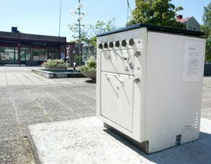 Granne med Bollstabruks stora monumentet över industriarbetet har en spis fått ta plats för att hedra dem vars arbete krävde detta verktyg. Systerskulpturen, en tvättmaskin, finns i Kramfors.