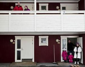Homam och Neirouz bor på övervåningen och Ahmad, Rabab, Sima och Saly på undervåningen i ett rött hus i Undersåker.