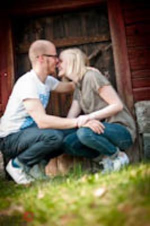 Olivia berättar: Michael Olsson & Cornelia Johansson. Bilden är tagen på Ol-Anders. En av mina favoritbilder inom kategorin kärleksporträtt, bilden visar känslorna ganska starkt.