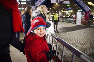 Bastian Wikström, tre år, spanar in de fina åken på Nygatan vid Stortorget.