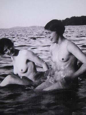 Två nakna damer plaskar omkring i vattnet på ett av Anders Zorns foton. De ingår i utställningen Anders Zorn och kameran.