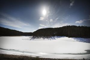 Ännu har inte solen smält isen på Gröntjärn.