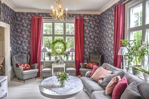 Vardagsrummet går i blått och rosa.