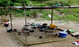 Det nuvarande köket utanför barnhemmet. Nu byggs kök och matsal. Kokerskan får lära sig att använda gasspis och jobba inomhus för första gången i sitt liv.