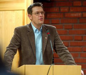 Erik Lövgren (S) från Ånge har en grannlaga uppgift när han med hjälp av nya fakta ska lotsa landstinget till svåra beslut.