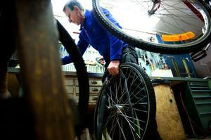 Sista jobbet. Yngve Lindblom reparerar sin allra sista cykel på Cykel-Mats.