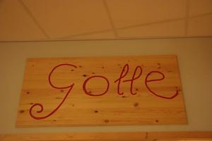 Elever på trägymnasiet har gjort skylten till Slottes cafeteria Gotte.