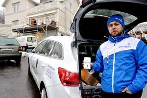 Andreas Söderlund, vid Hemsäkerhet i Västernorrland, är på hembesök hos kunder som kanske är intresserade av en sån här rörelsedetektor med kamera.