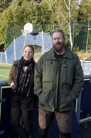 Tommie och Chatrine Nordlund ordnade med fredagsmys för barn och ungdomar i Bergeforsen och nu har paret fått pris för initiativet och naturligtvis är det glada miner över det.