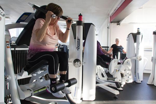 Medlemmar i PRO tränar tillsammans i de nya maskinerna på Parken Fitness. De gör flera upprepningar vid varje maskin och 15 sekunders vila mellan träningstagen.