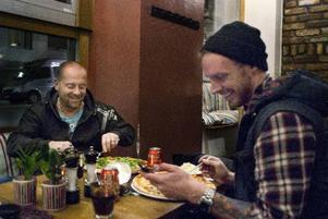 Medan Patrik fortsätter jobba i studion tar hungern över för Anders och Fredrik. Mellan pizzatuggorna läser de en artikel i Blekinge länstidning där skribenten tippar på att Patriks combo vinner Dansbandskampen.