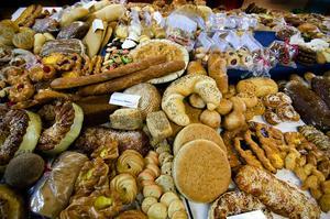 Bröd till maten och kaffet. Två långbord dignade av bakverk när eleverna i årskurs tre på livsmedelsprogrammet med inriktning bageri och konditori hade slutprov. Bedömarna kollade bland annat in jämnheten på bakverken.