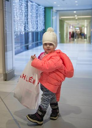 Ina Lindholm två år var i shoppingtagen.