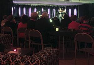 Peter Stormaresalen i Bollnäs var i stort sett fullsatt när Mads Tolling Quartet hyllade 100-åringen Svend Asmussen.