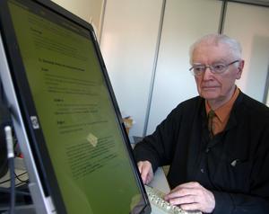 Under juni månad kommer den lättbegripliga 400 sidor tjocka grammatikboken i Älvdalska ut med den 83-årige Bengt Åkerberg som huvudförfattare. I arbetsrummet håller han kontroll på hela materialet via en stor dataskärm. Foto:Hans Olander