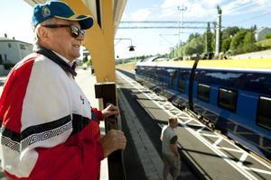 Sören Stattin tittar intresserad på testtåget när det anländer till Kramfors.