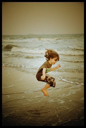 Första besöket ner till stranden och havet. Jag hade sådan tur att jag lyckades på bild fånga vår son mitt i sitt glädjehopp.