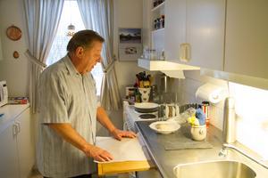 Kent Eriksson har sina tips och trix i köket. Han lägger bakplåtspapper på skärbrädan för att slippa diska den så ofta.