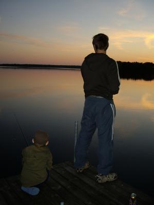 Nu börjar man bli lite trött på snö och kyla. Jag längtar till vår och sommarvärme. Barnen som fiskar ger mig en föraning om att snart är den här... SOMMAREN!