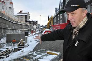 Olle Wallgren, chef för Åres miljö-, bygg- och räddningsförvaltning, pekar var den provisoriska väg ska gå som ska få saker att flyta bättre under resten av byggtiden.  Om en dryg vecka beräknas den vara klar.