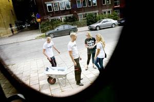 I går protester. Fyra Cuf-företrädare besökte i går Arbetsförmedlingen i Sandviken med en skottkära fylld med CV:n.