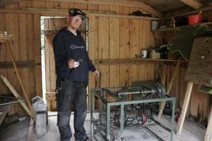 - Här fanns motorn, säger Håkan Danneskog, skjutbaneansvarig. Hänglåset till lokalen hittade han femtio meter in i skogen. Foto: Eva Andersson