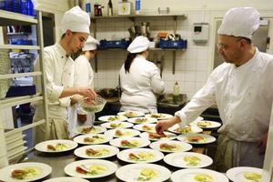 Restaurang Hofs personal hade full koll i köket och rätterna kom ut med exakt timing. Här är det förrätten skogsrökt röding med ravioli som görs i ordning.