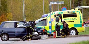 En personbil och en motorcykel krockade vid OK-Q8 i Fagersta i tisdags eftermiddag.