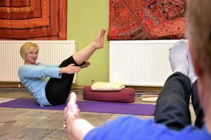Andas in. Ledaren Rosa Åkerman får stela byggnadsarbetare att slappna av med yoga.